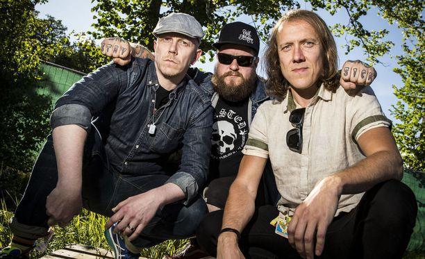 Apulanta päättää Helsinki-päivän ilmaiskonsertin. Kaikki yhtyeen jäsenet ovat miehiä. Kuva Ruisrockista 2016.
