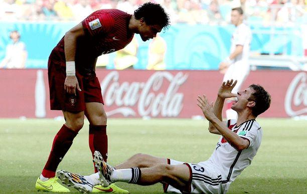 Thomas Müller teki kaikkensa ärsyttääkseen äkkipikaista Pepeä.