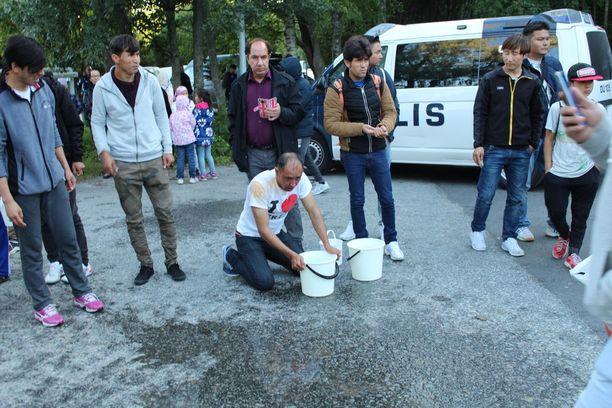 Turvapaikanhakijat pesivät sumutetta pois silmistään tapahtuneen jälkeen.