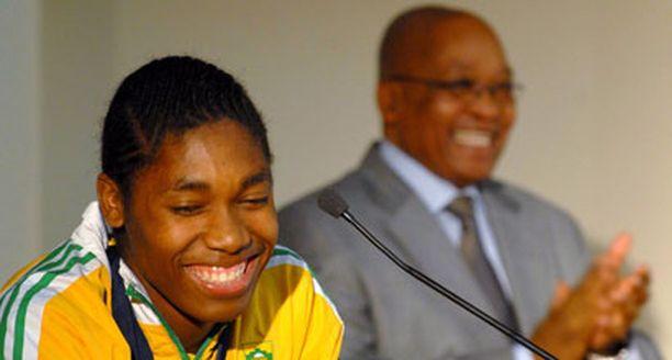 Etelä-Afrikan presidentti Jacob Zuma otti Caster Semenyan lämpimästi vastaan.