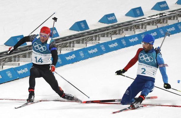 Simon Schempp (vasemmalla) ja Martin Fourcade ylittivät maaliviivan samalla sekunnin kymmenyksellä.