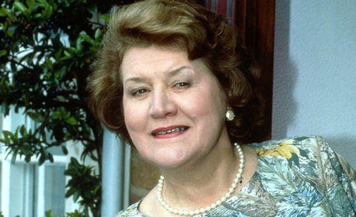 Patricia Routledge ihastutti Hyacinth Bucketin roolissa vuosina 1990-1995.