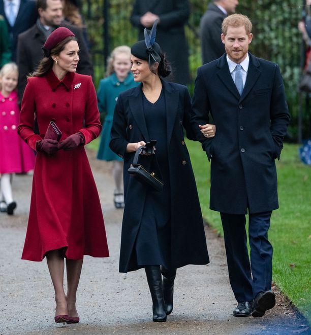 Kuvassa herttuatar Catherine, herttutar Meghan ja prinssi Harry joulupäivänä matkalla pois joulukirkosta.