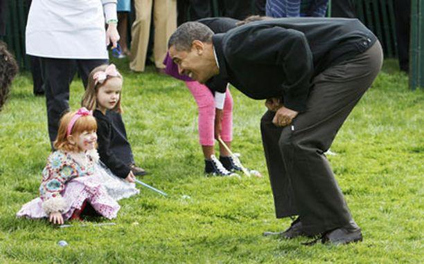 Presidentti Obama kannusti lapsia ennen kuin vihelsi pääsiäismunan pyörityskisan alkaneeksi.