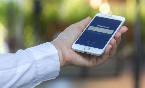 Facebookin laite lähettäisi viestit erillisen hihalaitteen kautta. Kuvituskuva.