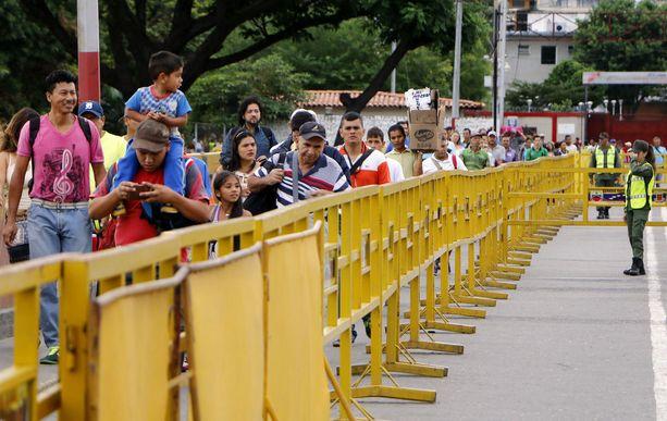 Kolumbian ja Ecuadorin rajoille saapuu yli 4000 pakolaista päivittäin.