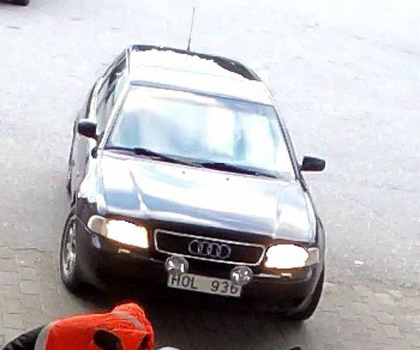 Uotila liikkuu mustalla farmari Audi A4:lla, joka on vuosimallia 1997. Auton rekisterinumero on HOL 936.