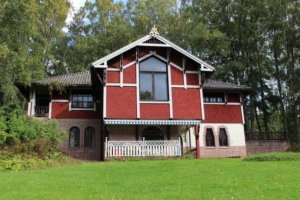Lappenrannassa Saimaan rannalla on kaupan tämä arkkitehti Bosse Österbergin suunnittelma koti.  Talon ulkoverhoilu on tehty kymmenistätuhansista käsintehdyistä paanuista.