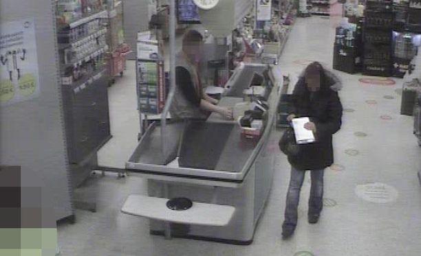 Yksi epäillyistä tallentui valvontakameraan Suomessa, kun hän kävi noutamassa Espanjasta lähetetyn huumepaketin kaupan postipisteestä.