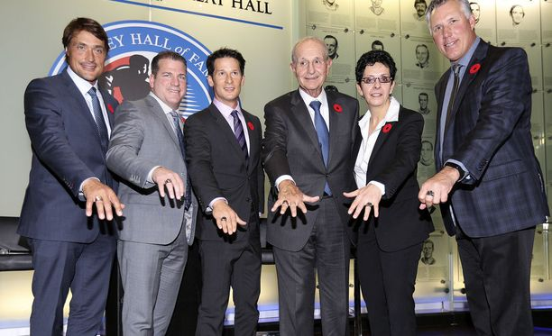 Teemu Selanne, Mark Recchi, Paul Kariya, Jeremy Jacobs, Danielle Goyette ja Dave Andreychuk esittelevät ylpeinä Hall of Fame -sormuksiaan.