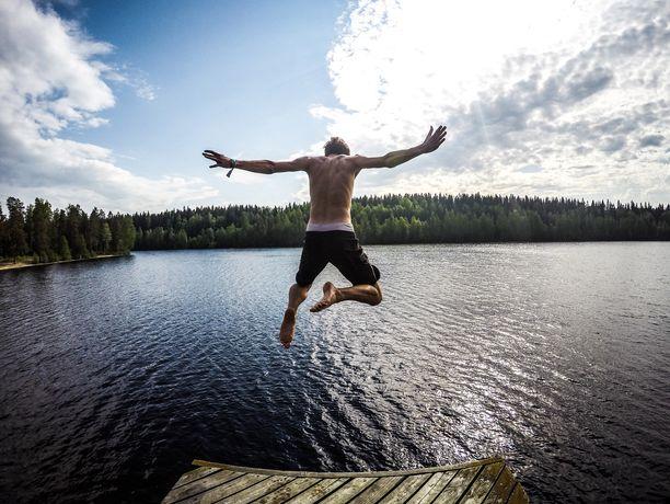 Normaalia varovaisuutta noudattamalla Suomessa pärjää mainiosti, kuuluu monen maan ohje. Extreme-lajeista kiinnostuneille suositellaan Espanjan ohjeissa kunnollista vakuutusta.
