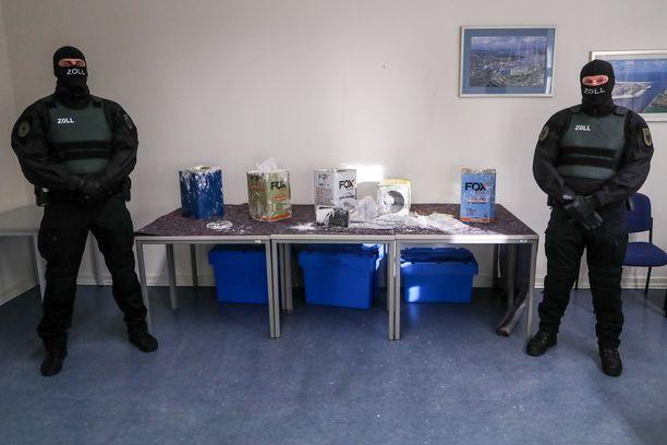 Poliisit takavarikoivat kolmesta kontista 16 tonnia kokaiinia Hampurissa helmikuun lopussa. Huumausaine oli kätketty maalikanistereihin.