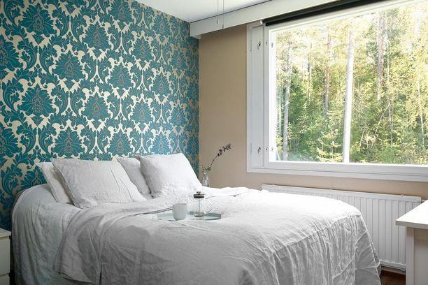 Seinäkin voi olla kuin sängynpääty, kun se on tapetoitu mielenkiintoisesti. Tapetti kannattaa valita kuitenkin kestävästä materiaalista ellei tyynyjen taakse tule muuta päätyä kuin seinä.