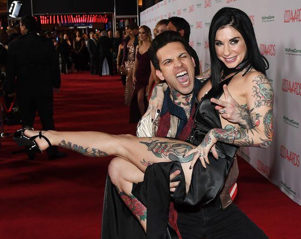 """Aaron """"Small Hands"""" Thompson vaimonsa Joanna Angelin kanssa aikuisviihdealan palkintogaalassa Las Vegasissa tammikuussa 2018."""