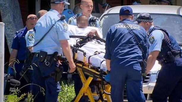 Poika irrotettiin sängystä ja vietiin sairaalaan.