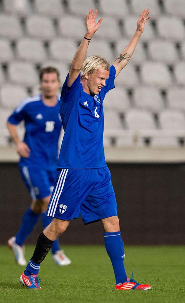 Toni Kolehmainen juhlii maaliaan Kyprosta vastaan.