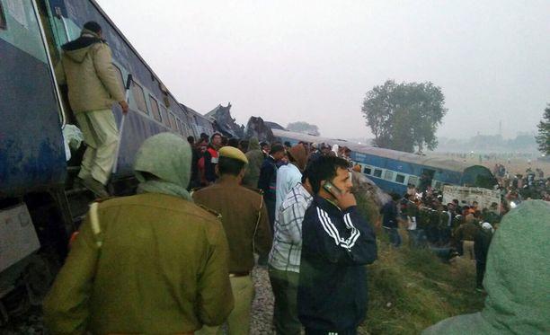 Onnettomuus tapahtui, kun lukuisia pikajunan vaunuja ajautui raiteilta.