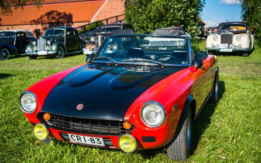 Autoilun vuosikymmenet rullasivat Vantaan kujille ja teille: Tunnistatko Studebakerin tai Anglian?