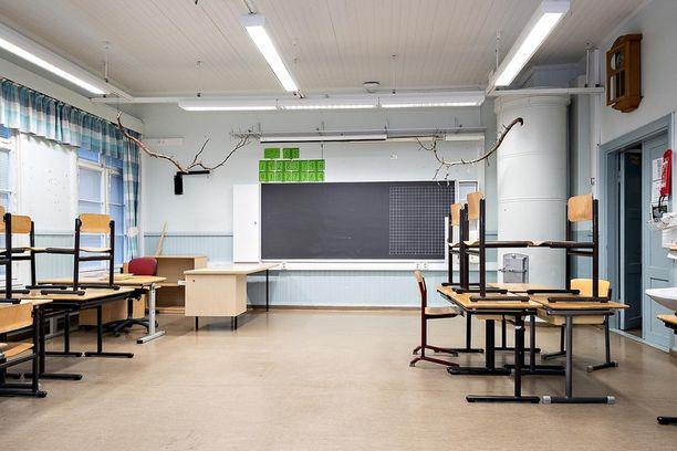 Luokkahuoneiden pinta-alat ovat noin 162 neliötä, ja käytävien pinta-alat ovat noin 45 neliötä.