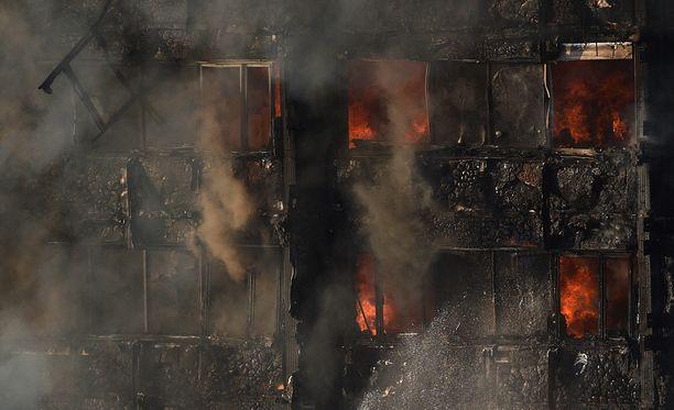 Silminnäkijät kertoivat nähneensä ihmisten hypänneen yläkerroksista palon edetessä.