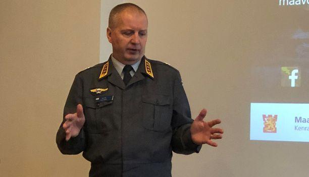 """Maavoimien komentaja kenraaliluutnantti Petri Hulkko toivoi vuosi sitten asepalvelukseen hakevan yhä enemmän naisia, koska: """"Heissä on iso potentiaali."""" Samalla saadaan myös paikattua laskevaa miesten määrää armeijassa."""