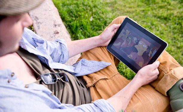 Tutkimus arvioi, että noin 1,3 miljoonaa suomalaista katsoo televisio-ohjelmia älypuhelimella tai tabletilla päivittäin tai viikoittain.