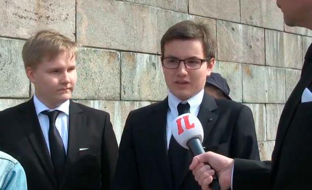 Helsingin Tuomiokirkkoon jonottaneet nuoret miehet kuvasivat Koiviston hautajaisia ainutlaatuiseksi tilaisuudeksi.