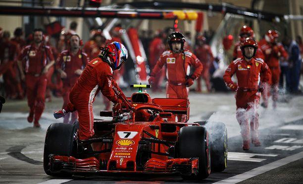 Kimi Räikkösen kisa Bahrainissa päättyi ikävään onnettomuuteen.