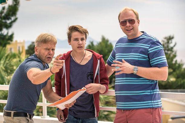 Ohjaaja Taavi Vartia opastaa Konttista ja Ville Myllyrinnettä kuvauksissa.