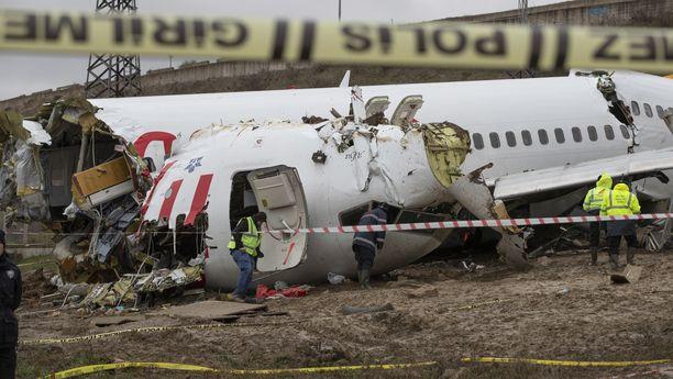 Lentokone hajosi onnettomuudessa kolmeen osaan.