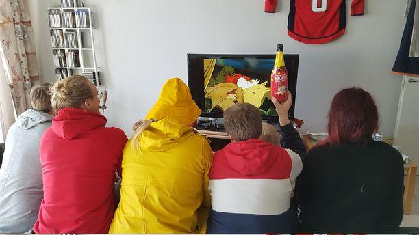Kouluvuosiltaan toisensa tuntevat Lauri, Tomi, Tanja, Heikki, Lasse, Anttoni ja Markus viettivät viikonlopun muumien seurassa.
