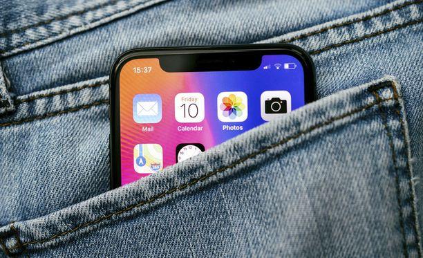 Naisten taskut ovat monesti liian pieniä puhelimille.