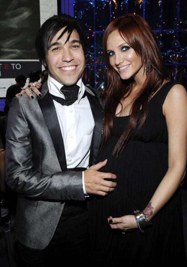…neljä vuotta myöhemmin raskaana olleen kaunottaren kainalossa nähtiin Fall Out Boy -yhtyeen basisti Pete Wentz. Pari avioitui vuonna 2008, mutta erosi marraskuussa 2011.