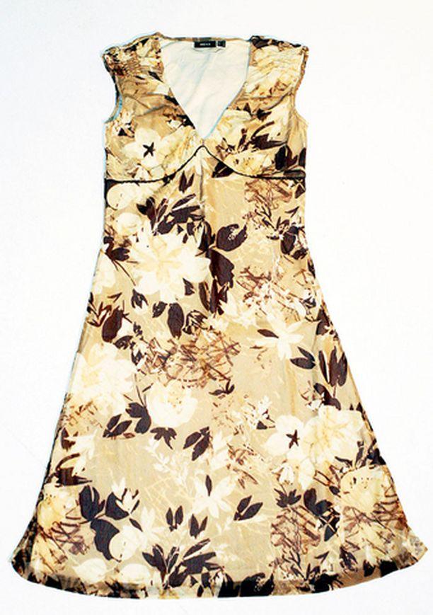 Mexxin puuterimaisen mekon leikkaus on huippuromanttinen. Pikkuiset hihat on naisellisesti rypytetty ja selkäpuolelta mekon leikkaus tavoittelee empire-linjaa. Kauniisti laskeutuvassa mekossa voi huoletta rientää juhlavampaankin tilaisuuteen. (69,95 e)