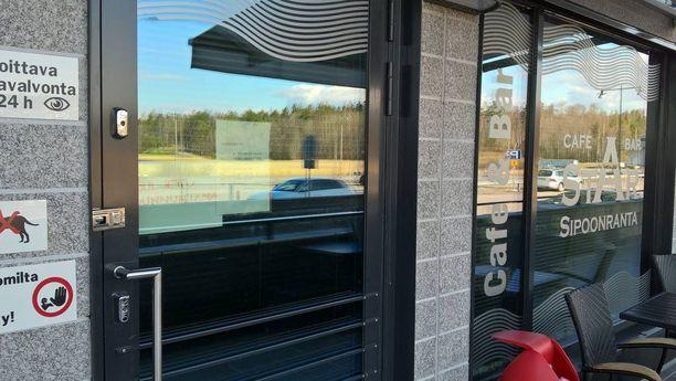 Vappupäivänä Sipoonrannan ravintolan ovessa oli lappu, jossa luki, että ravintola on suljettu sunnuntaina.