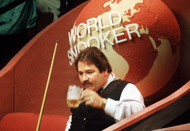 30 vuotta sitten ei ollut lainkaan tavatonta, että snookerpelaajat joivat olutta kesken MM-turnausottelun. Kuva vuoden 1988 turnauksesta, jossa Bill Werbeniuk (kuvassa) hävisi Dennis Taylorille ensimmäisellä kierroksella.