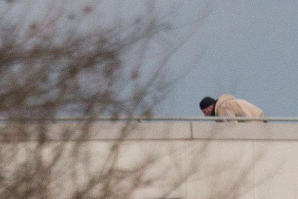 Mies kuvattiin painotalon katolla hetki ennen rynnäkköä.