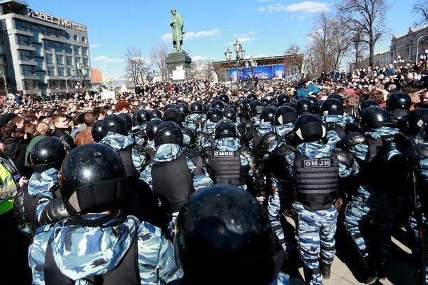 Moskovassa monituhatpäinen joukko osoitti mieltään korruptiota vastaan maaliskuun 26. päivä.