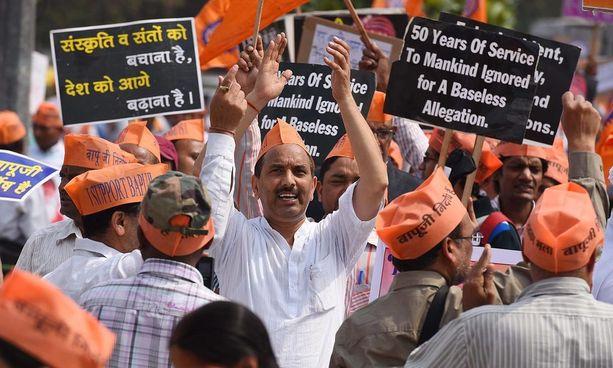 Asaramin kannattajat vaativat hänen vapauttamistaan Delhissä maaliskuussa 2016.
