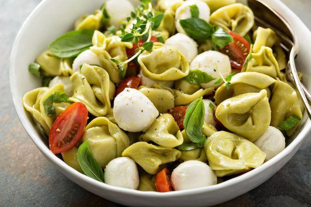 Pastasalaattiin voi käyttää mitä tahansa pastaa: makaronia, spagettia tai vaikkapa tortelliineja.