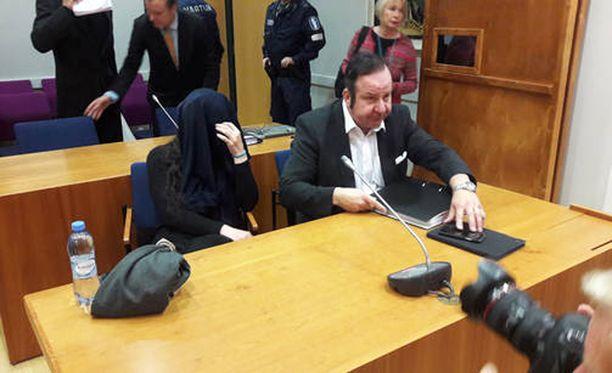 Käräjäoikeus tuomitsi Onerva Asrit Karmela Lindbergin, 41, törkeästä vapaudenriistosta, petoksesta ja väärän henkilötiedon antamisesta kolmen vuoden vankeuteen.