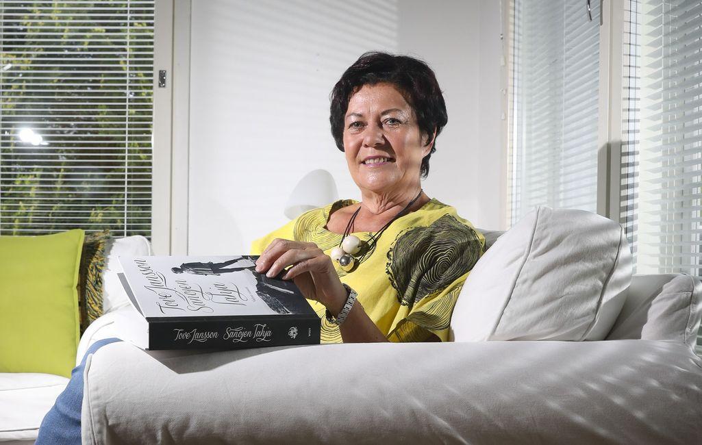 Nyt Aila Paloniemellä on aikaa olla kotona ja lukea muun muassa kirjoja.