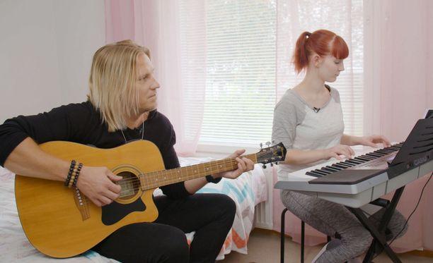 Sami Kuronen ja Elisabet esittävät yhdessä Elisabetin tekemän laulun vauvalle.