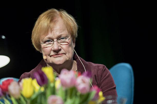 Presidentti Tarja Halonen suhtautuu kaksijakoisesti natsitunnusten kaikkinaiseen kieltämiseen.
