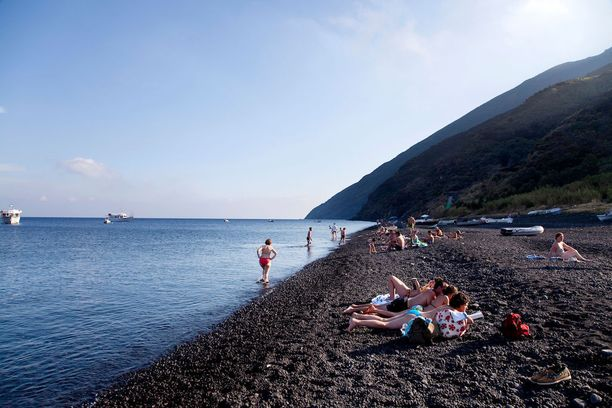 Stromboli, Italia: Stromboli on tällä hetkellä yksi aktiivisimmista tulivuorista. Ei siis ihme, että sen lähistön rannatkin ovat vulkaanisen mustia.