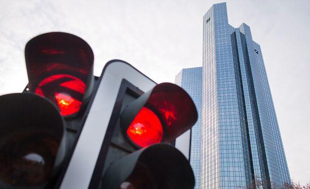 Kovimmat sakot sai Deutsche Bank. Kuvassa yhtiön pääkonttori Frankfurtissa.