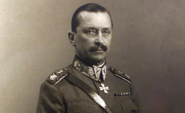 Historioitsija Teemu Keskisarja kuvailee nuorta Mannerheimia isoksi ja väkivaltaiseksi korstoksi. Hän oli sekä koulukiusattu että koulukiusaaja.