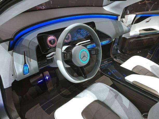 Ohjaamo on virtuaalinen ja sitä hallitsee iso kosketusnäyttö.