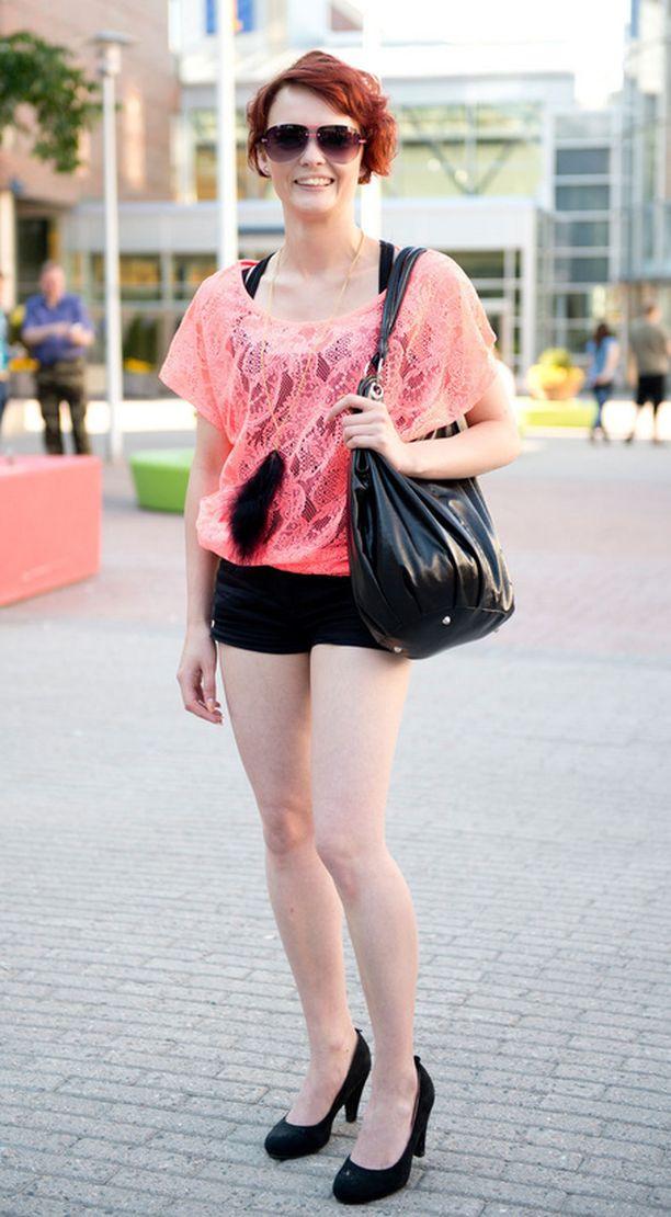 Jenny Koski kuvailee tyyliään värikkääksi ja rennoksi. Näissä vaatteissa hän ei kuitenkaan kävelisi kaupungilla joka päivä - ne ovat liian räväkät arkeen. Koski kurkistaa vaatehankinnoissaan ketjuliikkeiden ulkopuolelle - kengät ovat peräisin Keskisen kyläkaupasta Tuurista.
