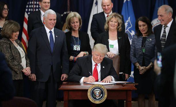 Yhdysvaltain presidentti Donald Trump allekirjoitti keskiviikkona kaksi maahanmuuttoa koskevaa asetusta.